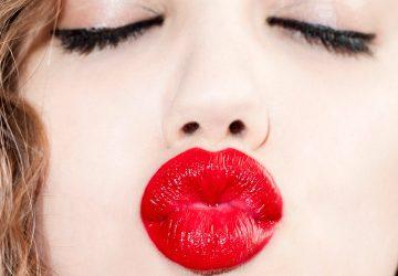 Оттиск губ в момент поцелуя