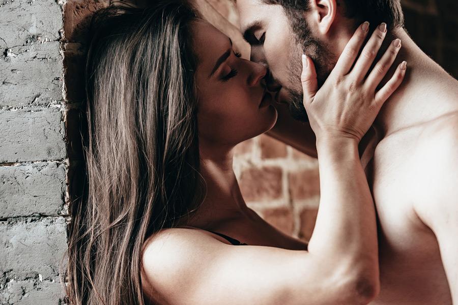 Как возбудить парня с помощью поцелуев?