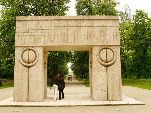 Скульптура «Ворота поцелуя» Константина Бранкузи