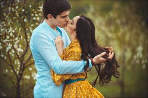 Влюбленные целуются
