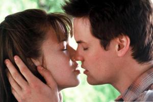 Поцелуй из фильма «Спеши любить»