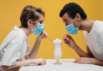 Передается ли коронавирус при поцелуе?