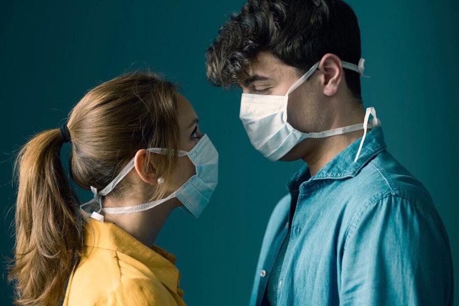 Можно ли целоваться во время коронавируса?